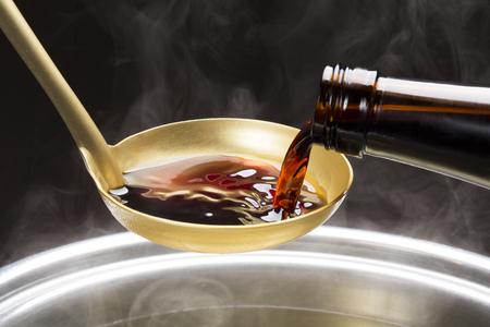 I wlać do miski sosie sojowym