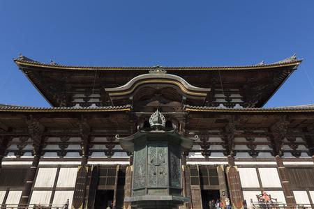 octogonal: Todai-ji sala del Gran Buda y la linterna octogonal Editorial