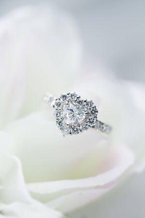 花のダイヤモンド リング