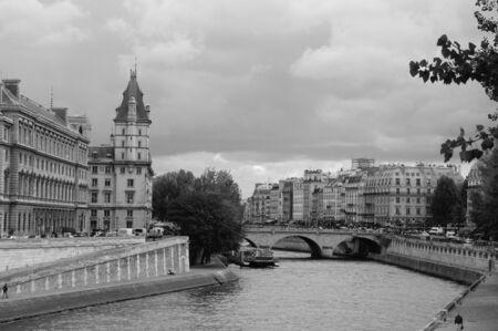 ile de la cite: Bridge over the Paris Ile de la Cite Editorial