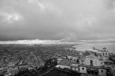 amanecer: La ciudad de N�poles y la bah�a de N�poles foto en blanco y negro de Foto de archivo