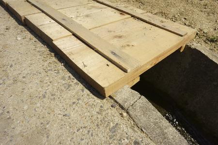 groove: Bridge of wooden groove