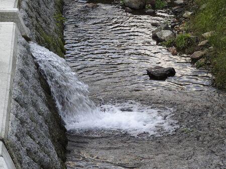 山の温泉水の排水