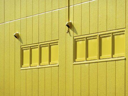 黄色のペンキの壁