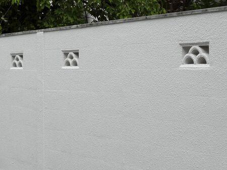 白いコンクリート ブロック塀