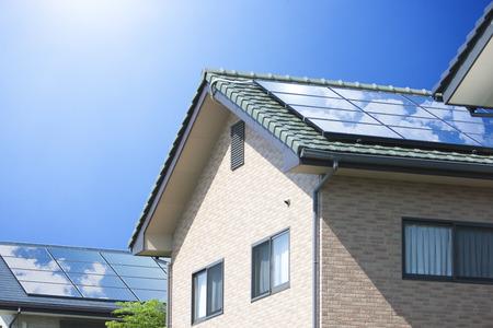 Paneles solares de techo residencial Foto de archivo