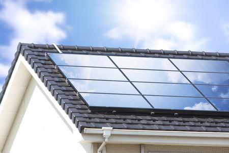 Panneaux solaires à toit résidentiel Banque d'images - 44441150