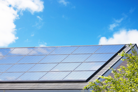 paneles solares: Paneles solares de techo residencial Foto de archivo