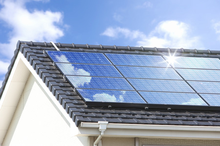 住宅の屋根の太陽電池パネル