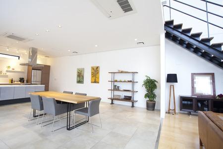 Eetkamer en de woonkamer Redactioneel