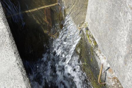 運河の水の流れ