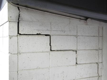 コンクリート ブロック壁の亀裂