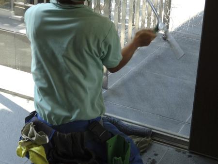obrero: Los trabajadores para limpiar el cristal