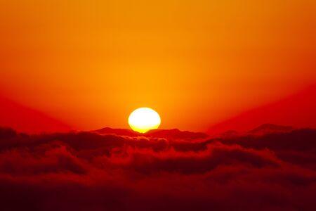 amanecer: Salida del sol sobre un mar de nubes