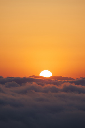 amanecer: Sunrise over a sea of clouds Foto de archivo