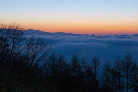 breaking dawn: Mar de nubes al amanecer