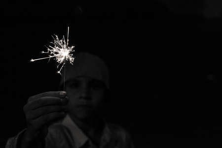 boy playing with sparklers 免版税图像