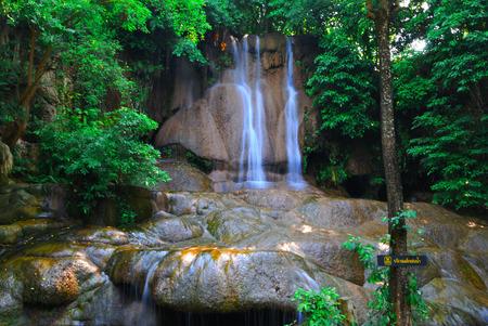 hermosa cascada y hoja verde lo hace sentir fresco Foto de archivo