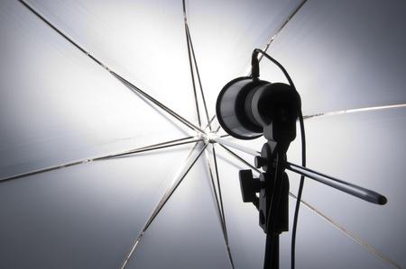 모델링 램프를 반영하는 우산으로 사진 촬영 스톡 콘텐츠