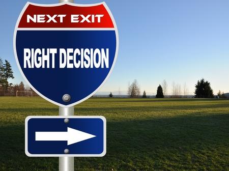 financial metaphor: Decisi�n correcta se�alizaci�n de la carretera Foto de archivo