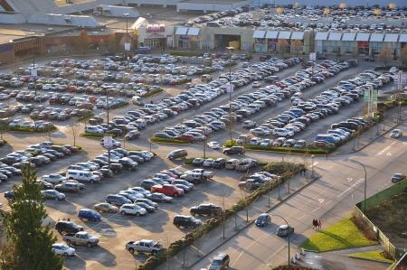 Luchtfoto van winkelcentrum auto overvolle parking. In Coquitlam stad van BC Canada.