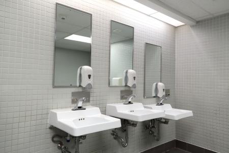 깨끗한 새 공중 화장실 룸 빈