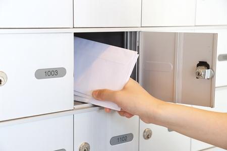 Femme prenant quelques lettres de boîte aux lettres Banque d'images - 21610268