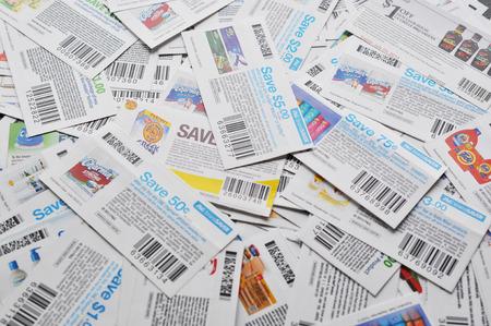 COQUITLAM, BC, Canada - 8 maggio - Coquitlam BC Canada - 8 maggio 2014: buoni canadesi background. Tutti i coupon per negozio canadese, sono emessi da produttori di beni di consumo confezionati Canada. Archivio Fotografico - 28318686