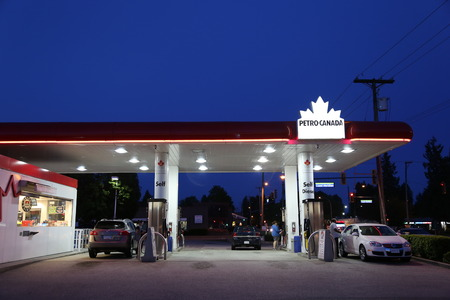 2014 年 5 月 10 日のペトロ ・ カナダのガソリン スタンドの 1 つの側面。会社は、合併法人とその上流事業の Suncor エネルギー名を保持されます。