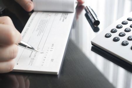 ビジネスの女性は、小切手を書く準備します。