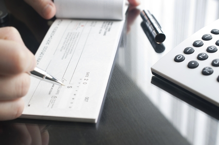 Zakelijke vrouw bereidt het schrijven van een cheque Stockfoto - 29945605