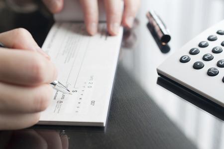 chequera: Mujer de negocios que preparan escribir un cheque