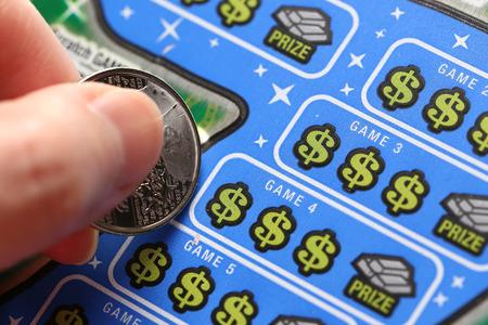 Coquitlam BC 주 캐나다 - 2015 년 6 월 2 일 : 여자 긁힌 복권. British Columbia Lottery Corporation은 1985 년 이후 브리티시 컬럼비아에서 정부가 허가 한 복권 게임을
