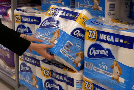 Motion of woman buying charmin bathroom tissue inside Walmart store Archivio Fotografico - 133174313