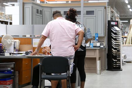 People asking worker questions about buying kitchen cabinets at Home Depot store Archivio Fotografico - 147605153