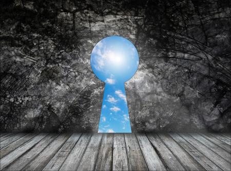 Schlüsselloch an der Wand mit Holzboden - die Tür zu einer anderen Dimension Standard-Bild - 39080642