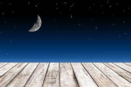noche y luna: textura de la madera y la media luna en el fondo cielo estrellado