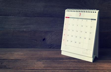 calendario: Calendario de marzo de 2016 en la mesa de madera, filtro de la vendimia