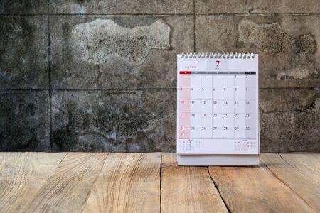 calendario julio: Julio Calendario 2016 y flor de edad en la mesa de madera