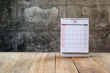 october calendar: CALENDARIO Octubre 2016 y flor de edad en la mesa de madera Foto de archivo