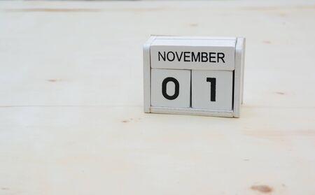 1 November Holzwürfel Kalender auf Holztisch mit Kopie Raum Standard-Bild - 90333756