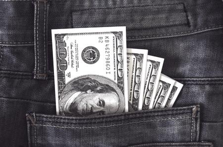 US-Dollar-Banknote in der Jeanstasche, Weinlesefilterverarbeitung Standard-Bild - 90333842