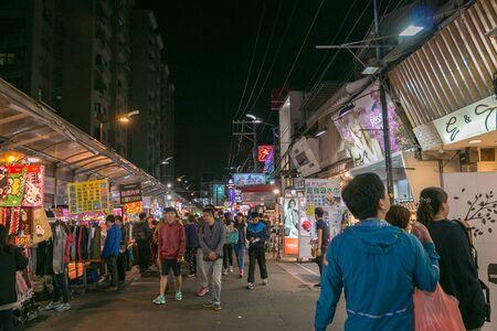 anochecer: Taichung, Taiwan - 14 de abril: la cultura única de Taiwán, bazar nocturno atrae a muchos jóvenes a esta ciudad, que se ha convertido en uno de la cultura de Taiwán, el 14 de abril de 2015, de Taichung.