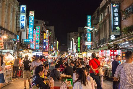 Kaohsiung, Taiwán - 20 de abril: la cultura única de Taiwán, bazar nocturno atrae a muchos jóvenes a esta ciudad, que se ha convertido en uno de la cultura de Taiwán, el 20 de abril de 2015, de Kaohsiung.