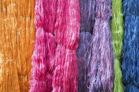실크 팜의 다채로운 생사 스레드