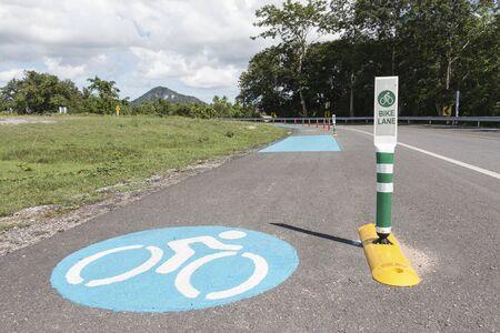 Road with bike lane in Pattaya, Chonburi, Thailand. Archivio Fotografico