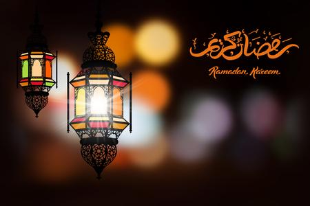 斋月卡里姆问候模糊的背景与美丽的照明阿拉伯灯和手绘书法字母。矢量插图。