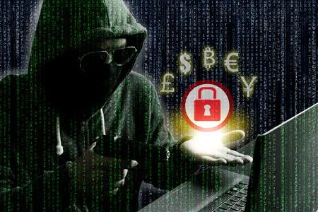 사이버 범죄 개념 : 컴퓨터를 잠금 해제 대가로 상대 사이트에서 돈을 요구하는 것처럼 랩톱 컴퓨터에 해커  사이버 범죄 가리키는 총.