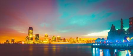 Dit is een afbeelding van een prachtige zonsondergang die in de stad van New York wordt gevangen genomen.