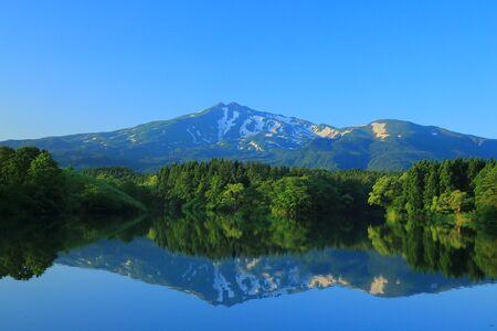 Réservoir Ogata dans la préfecture d'Akita, montagne Chokai été Banque d'images - 54292965